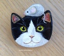 Bicolor cat with mouse